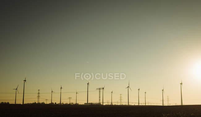 Eoliennes contre le soleil couchant, Brandebourg, Allemagne — Photo de stock