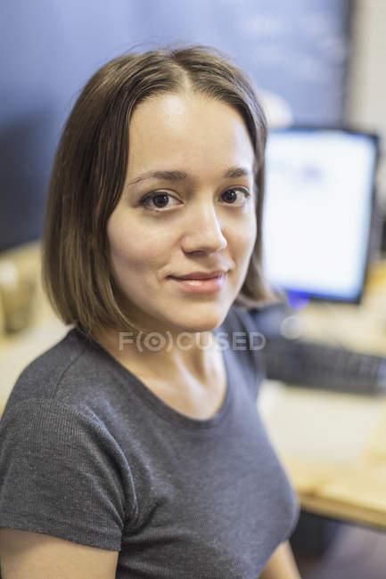 Портрет впевнена ділової жінки дивлячись на камеру — стокове фото