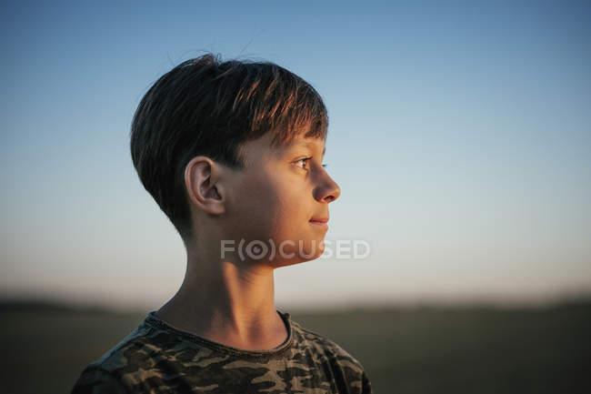 Livro pensativo olhando para longe — Fotografia de Stock