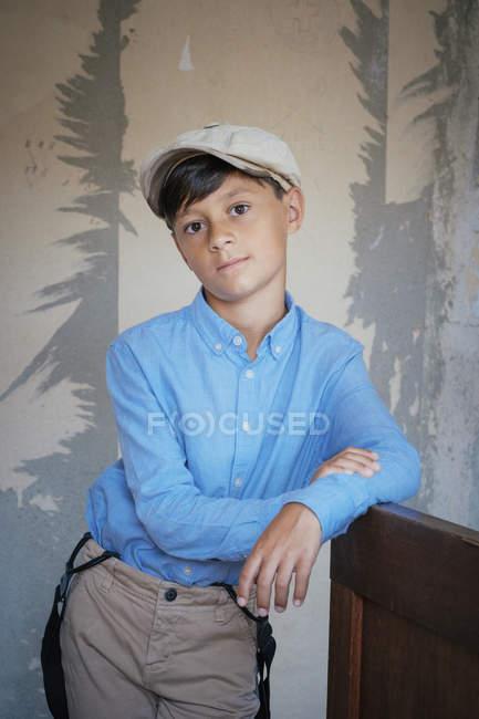 Портрет уверенный, хорошо одетый мальчик — стоковое фото