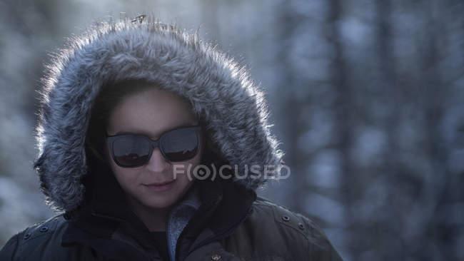Портрет жінка в зимовий капот хутро і сонцезахисні окуляри — стокове фото