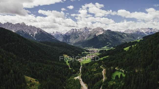 Scenic view majestic mountains and lush green valley, Drei Zinnen Nature Park, South Tyrol, Italy — Photo de stock