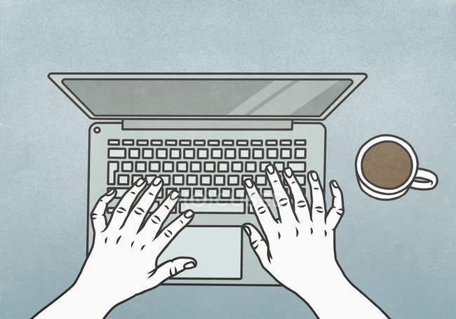 Vista de cima mãos digitando no laptop — Fotografia de Stock