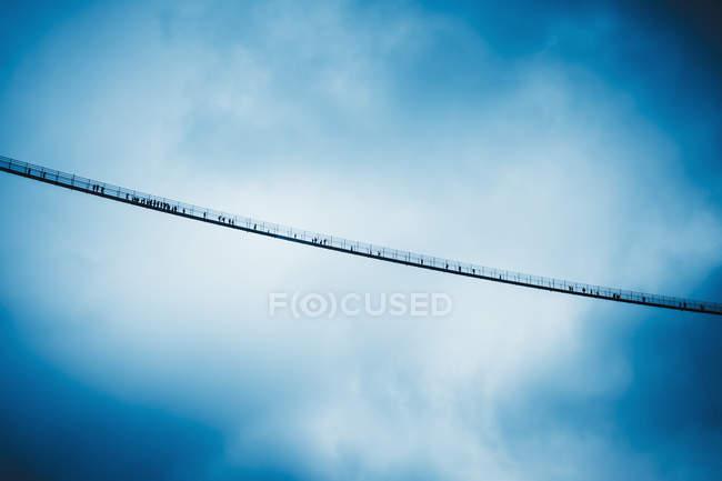 Vue d'en bas pont suspendu contre un ciel nuageux, Tyrol, Autriche — Photo de stock