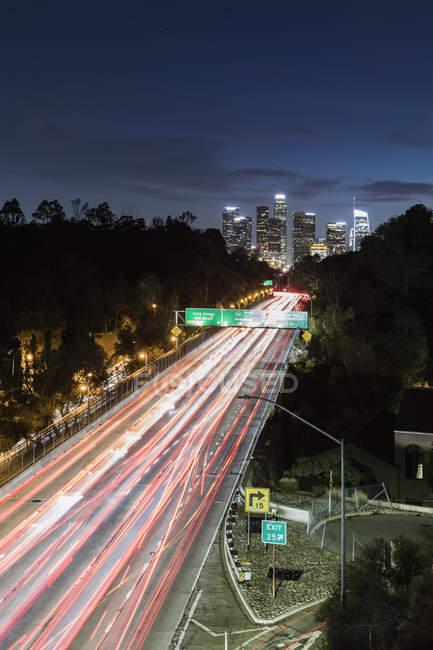 Довга експозиція автомобілів водіння вздовж шосе, Лос-Анджелес, Каліфорнія, США — стокове фото