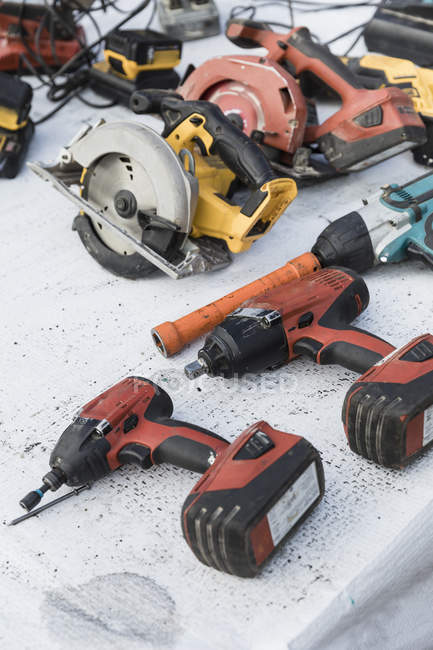 Power drills and saws on table — Photo de stock