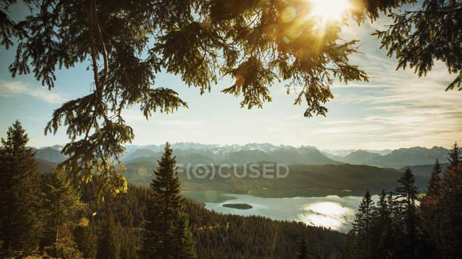 Vue panoramique et idyllique Du lac et des montagnes de Walchensee, Bayern, Allemagne — Photo de stock