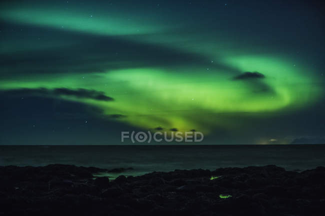 Mysteriöse Nordlichter über dem Ozean, Reykjanesbaer, Island — Stockfoto