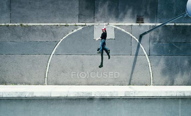 Vista de cima do jovem pendurado na calçada urbana — Fotografia de Stock