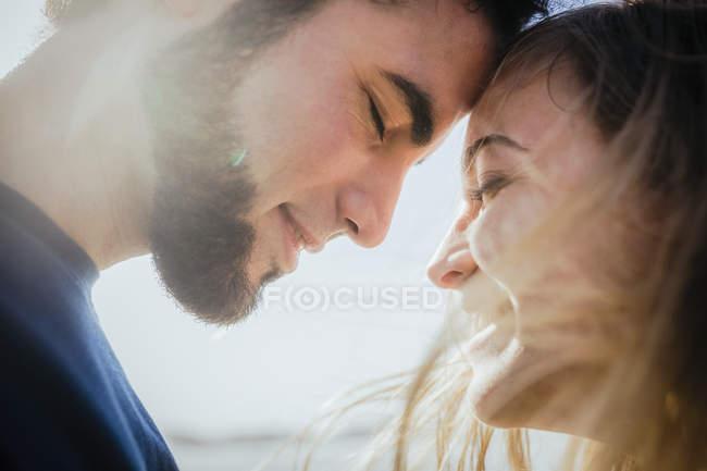 Fechar feliz, casal afetuoso — Fotografia de Stock