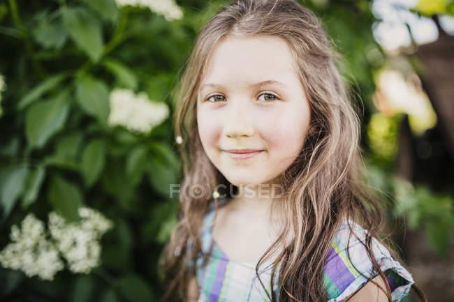 Retrato sonriente, chica confiada - foto de stock
