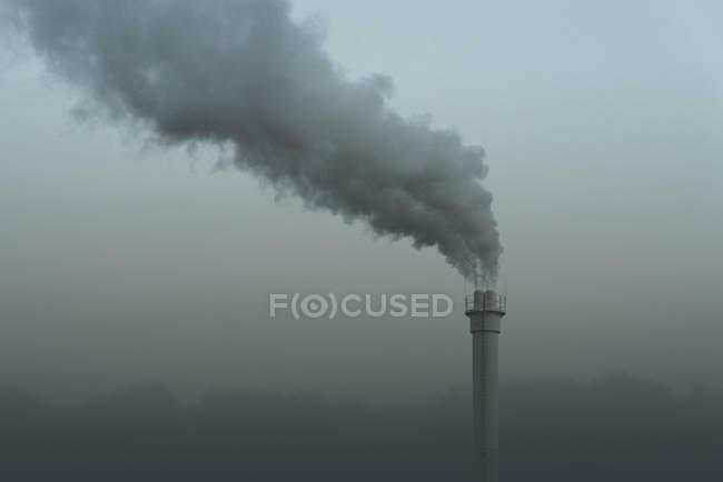 Smokestack emitting smoke, Neukoelln, Berlin, Deutschland — Stockfoto