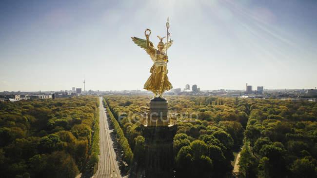 Drohnenstandpunkt Siegessäule und sonniger tiergarten park, berlin, deutschland — Stockfoto