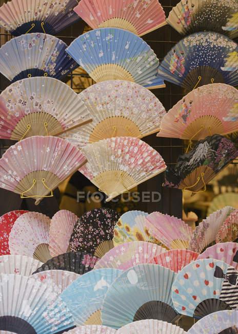 Выставлено множество ручных вентиляторов, Токио, Япония — стоковое фото