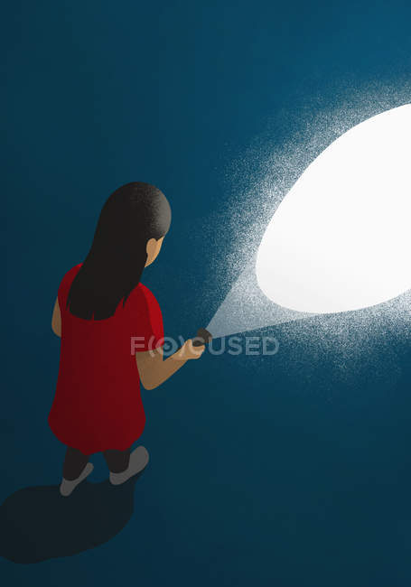 Mädchen mit Taschenlampe im Dunkeln — Stockfoto