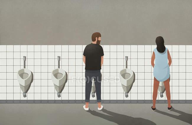 Homem e mulher transexual usando mictórios no banheiro — Fotografia de Stock