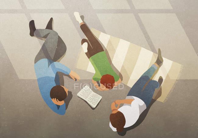 Famiglia rilassante, libro di lettura — Foto stock