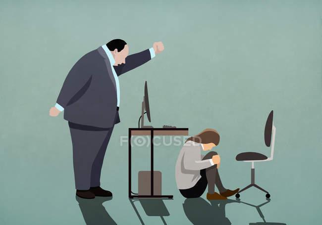 Arrabbiato uomo d'affari minacciando donna d'affari accovacciato sotto scrivania — Foto stock