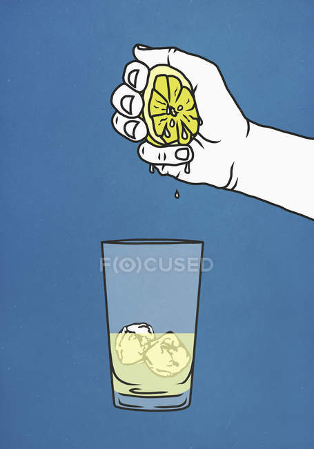 Hand squeezing fresh lime into glass with ice — Stock Photo