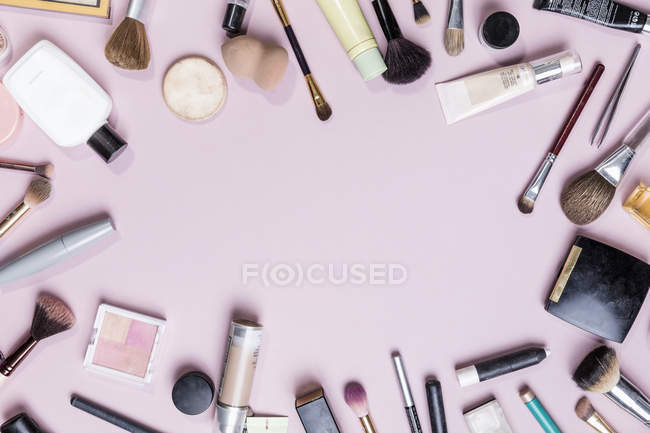 View from above makeup and beauty products on pink background - knolling — Stock Photo