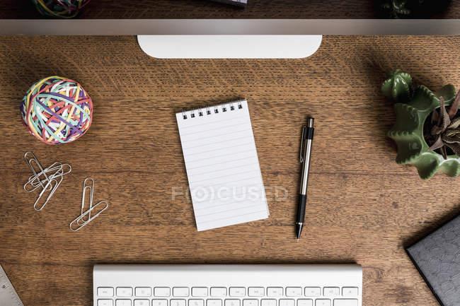 Vista do bloco de notas em branco acima na frente da mesa — Fotografia de Stock