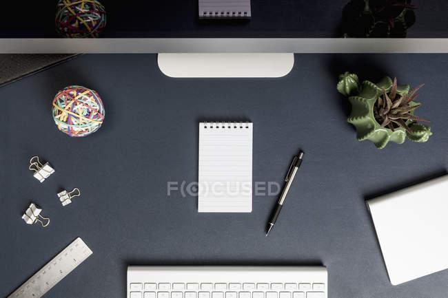 Vista do caderno em branco acima na frente do computador — Fotografia de Stock