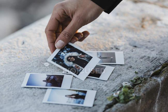 Женщина смотрит на мгновенные фотографии — стоковое фото