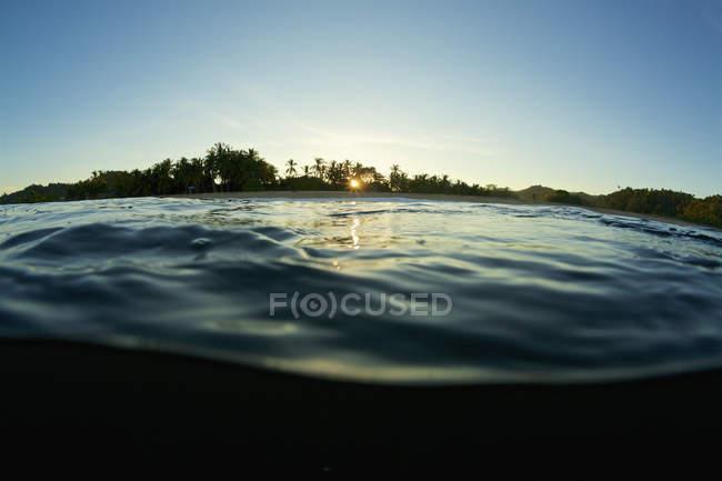 Ruhige seidige Meeresoberfläche bei Sonnenaufgang, san pancho, nayarit, mexiko — Stockfoto