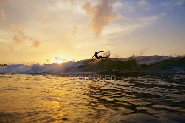 Maschio surfista facendo un turn off top of onda sul sunset ocean, Sayulita, Nayarit, Messico — Foto stock