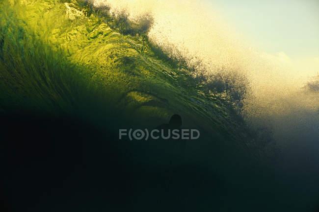 Un surfeur se fait tirer dessus par une vague océanique, Punta Mita, Nayarit, Mexique — Photo de stock
