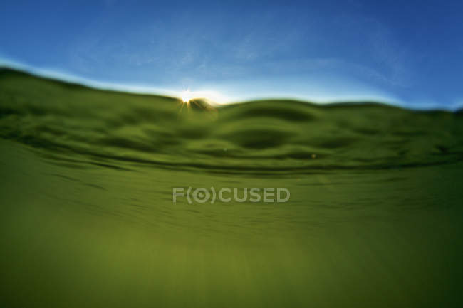 La lumière du soleil coule à travers l'eau — Photo de stock
