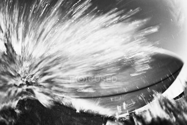 Coupe de planche de surf sur l'océan — Photo de stock