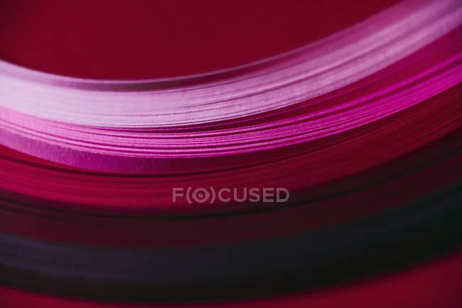 Анотація рожевий і червоний паперовий хвильовий візерунок — стокове фото