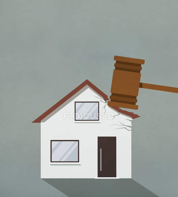 Foreclosure gavel pounding on house — Stock Photo
