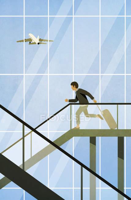 Homem com mala correndo na escada rolante no aeroporto — Fotografia de Stock