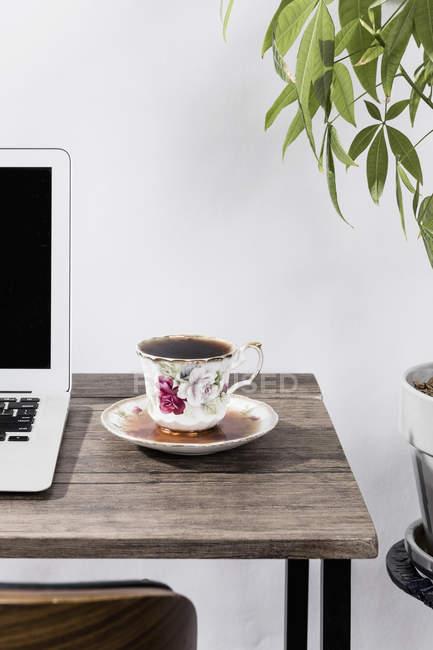 Переполненный кофе на столе в офисе — стоковое фото