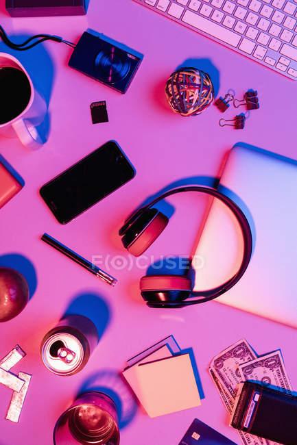 Vista de cima pertences pessoais na mesa bagunçada — Fotografia de Stock