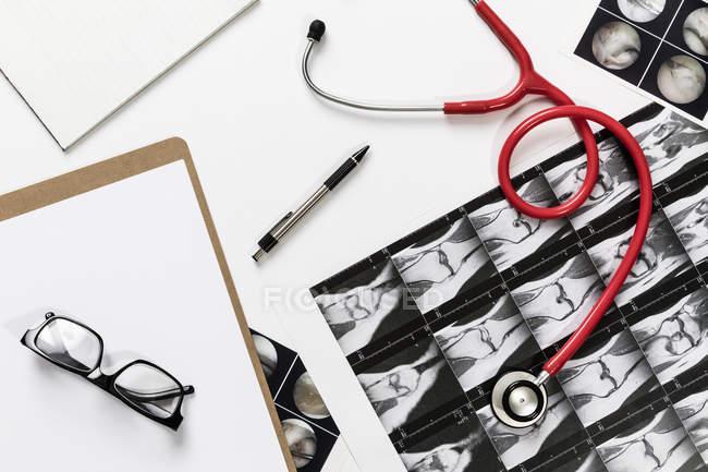 Voir le formulaire ci-dessus stéthoscope et rayons X sur fond blanc — Photo de stock