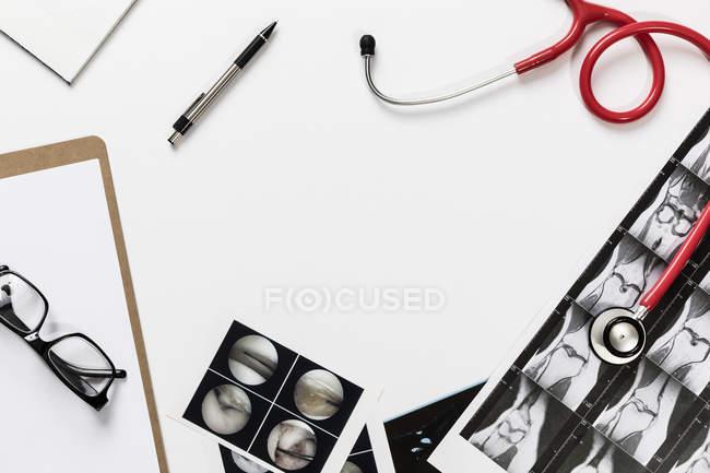 Форма вида над стетоскопом и рентгеновскими снимками на столе — стоковое фото