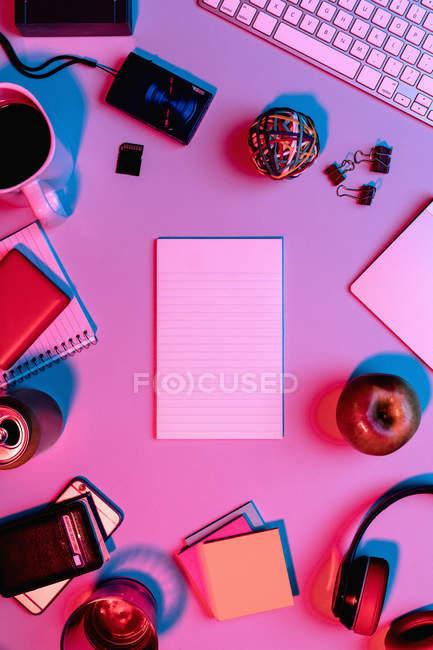 Veja o formulário acima do bloco de notas em branco na mesa cercado por fontes de escritório — Fotografia de Stock