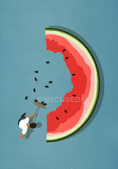 Homem com vassoura varrendo sementes de grande fatia de melancia — Fotografia de Stock