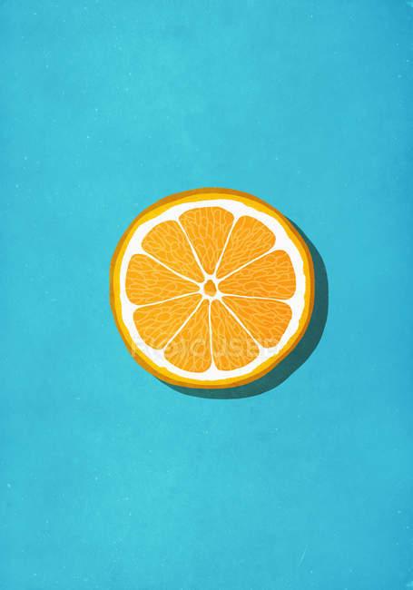 Rebanada naranja vibrante contra fondo azul - foto de stock