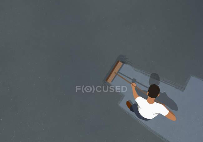 Мужчина подметает пол метлой — стоковое фото