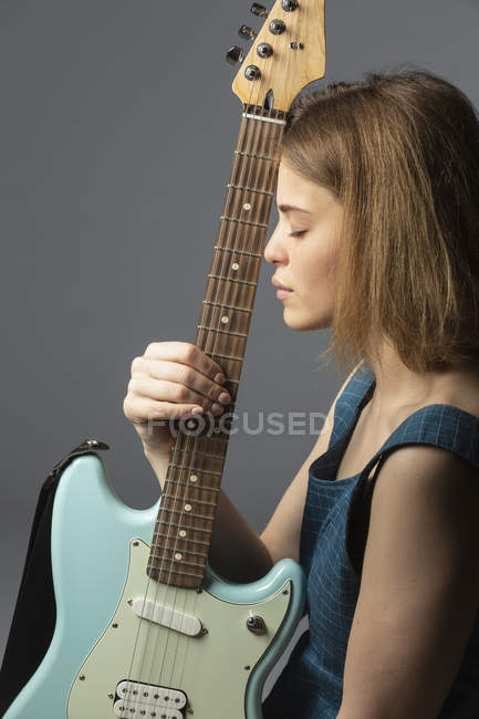 Ritratto di giovane donna con chitarra elettrica — Foto stock