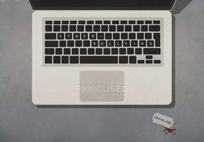 Texto de cyber-bullying no laptop ao lado da lâmina de barbear com sangue — Fotografia de Stock