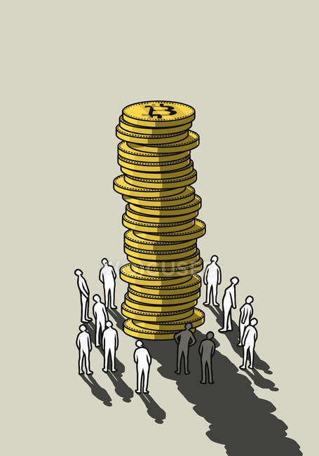 Люди смотрят вверх на высокую стопку биткоинов — стоковое фото