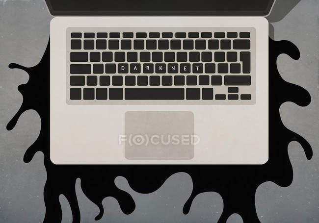 Texto Darknet en el teclado del ordenador portátil - foto de stock