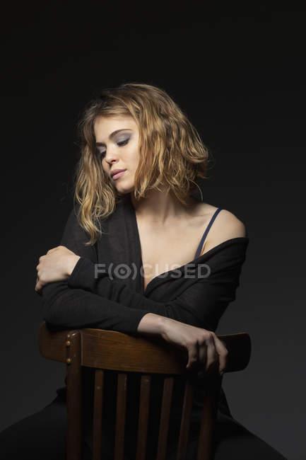 Retrato de jovem jovem confiante e bonita — Fotografia de Stock