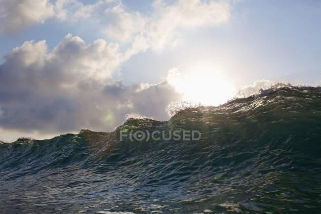 Soleil qui brille sur la crête des vagues océaniques — Photo de stock