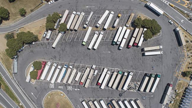 Vista aerea di semi-camion parcheggiati nel parcheggio di sosta soleggiata — Foto stock